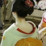 「抜き衿シャツ」原形。着物「衣紋を抜く」うなじの色気。新発見?「盆の窪(ぼんのくぼ)」の意味