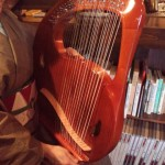 癒し系の楽器「ライアー」という竪琴を弾いています。